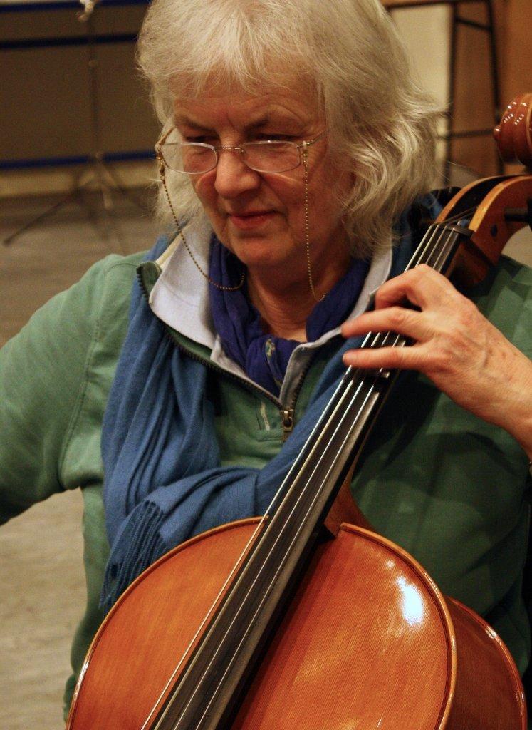 Heather Harbinson playing cello